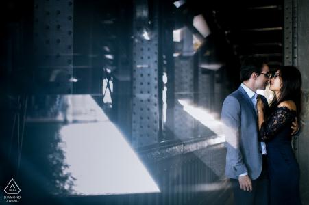 Sesión de retratos industriales en París para esta pareja vestida formalmente   fotografía de compromiso