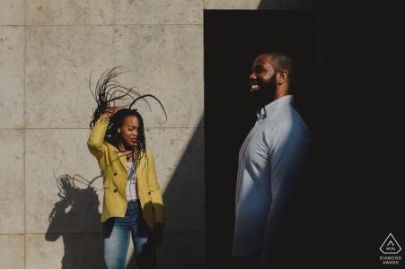 Photographe d'engagement des East Midlands | lumière, ombres et vent pour ce tournage en couple