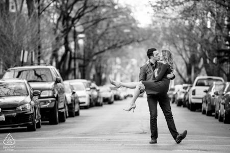 Fotógrafo de compromiso de Chicago | El novio se lleva a su novia a estar en la calle.