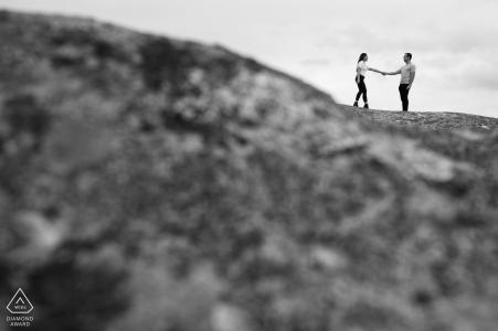 Retrato de compromiso en blanco y negro de una pareja tomados de la mano en Victoria, Australia