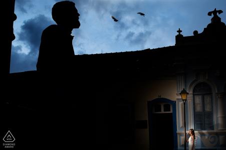 Couple de Goiás posant en début de soirée sous les oiseaux de la ville