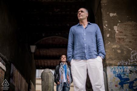 Sesión de retratos urbanos para una pareja toscana rodeada de graffiti.
