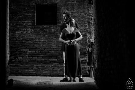 Tuscany engagement photo shoot session | Black and white pre-wedding photography
