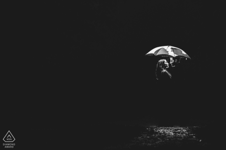Pareja de Frankfurt en la noche bajo un paraguas durante su sesión de fotos antes de la boda