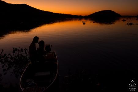 Rio de Janeiro bergen en waterwegen tekenen dit paar naar de boot voor dit zonsondergang-verlovingsportret