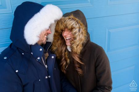 Eine sehr kalte Montréal Québec Verlobungsporträtsitzung mit schweren Winterjacken und -hauben