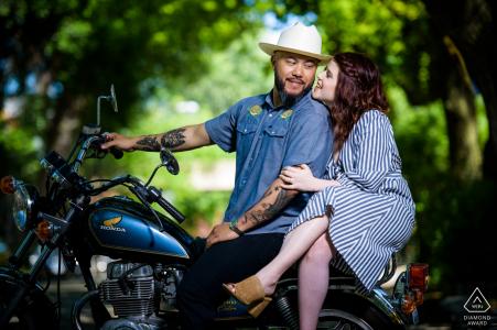 Pareja juntos en su motocicleta durante su sesión de compromiso en Wicker Park Chicago