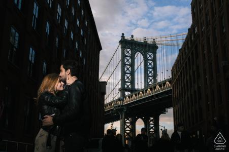 New York City Verlobungsporträt am späten Nachmittag gegen die Brooklyn Bridge
