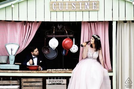 Pareja de crucero rumana disfruta de momentos divertidos juntos durante su sesión de retratos de bodas