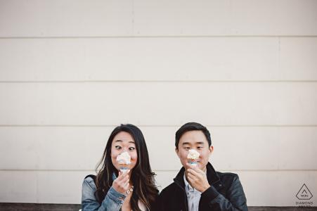 Esta pareja de la ciudad de Nueva York se divierte con sus dos conos de helado durante su sesión de retratos.