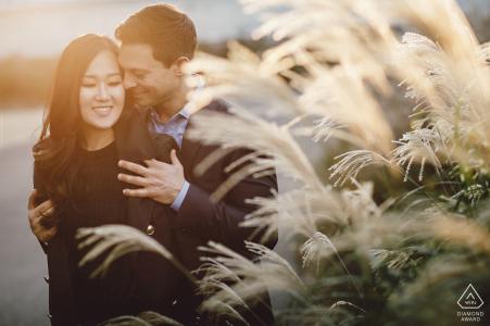 Una pareja de Manhattan se toma un tiempo para disfrutar del sol de la tarde durante su sesión de fotos previa a la boda