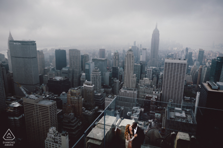 NYC portrait d'un couple perché haut sur la ville bien avant leur mariage