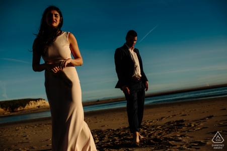 Mexico paar op het strand tijdens laag tij met de warme middagzon voor hun verloving portretten