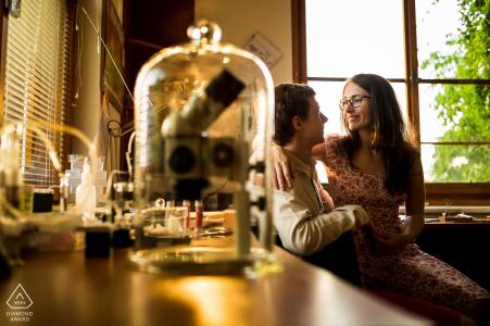 République tchèque portrait de pré-mariage dans un laboratoire d'instruments scientifiques