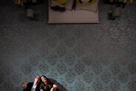 Una pareja se sienta en el techo de la casa al revés para su sesión de retratos antes de la boda en Chicago