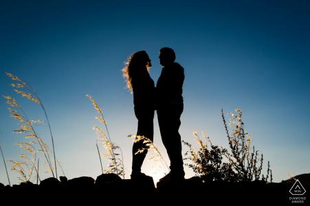 Face à face au soleil de l'après-midi, ce portrait de fiançailles à Madrid est symétrique, chaud et froid