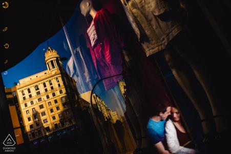 La ville de Madrid et ses boutiques de rue offrent de nombreuses occasions de réaliser de magnifiques portraits de fiançailles comme celui-ci.