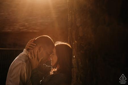 Ce couple madrilène baigne dans leur amour et le soleil de l'après-midi lors de la séance photo de fiançailles