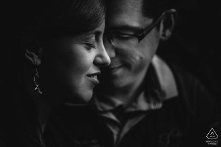 Son profil avec son fiancé regardant vers le bas en font un portrait de fiançailles noir et blanc très intime