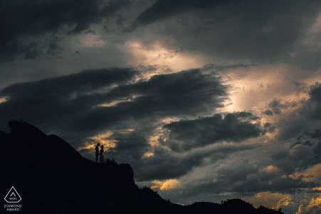 Une randonnée aux falaises a porté ses fruits pour ce couple et leur photographe brésilien pour ce portrait de fiançailles
