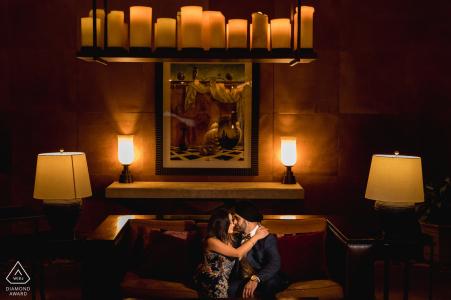 California Engagement Photo avec un couple à l'intérieur avec un éclairage tamisé