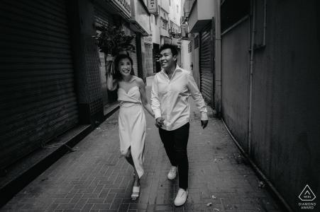 Photographe de mariage à Dubaï, tournage dans l'allée avec un couple marchant