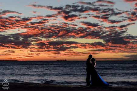 Taipei Taiwán formal retrato de prewedding en la playa al atardecer con grandes nubes