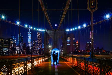 China Engagement Photography at Night sur le pont piétonnier éclairé
