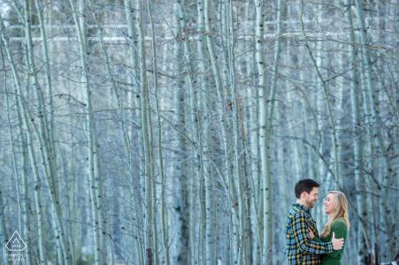 Fotos de la boda de Lake tahoe pre de una pareja contra abedules altos y blancos