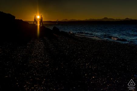 Washington engagement shoot avec un couple au coucher du soleil à la plage | Séance de pré-mariage pour photographe à Seattle