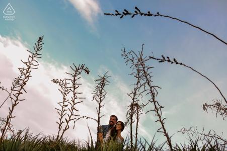 Portrait de fiançailles Mexique pré-mariage dans le champ avec des herbes hautes