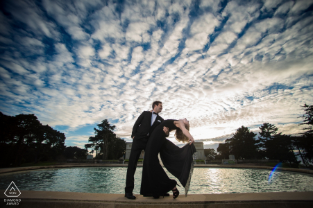 Compromiso de California dispara con una pareja junto al agua con grandes nubes | Fotos de pre-boda del fotógrafo SF