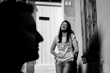 Pre-wedding black and white engagement pictures by a Haute-Garonne Occitanie photographer