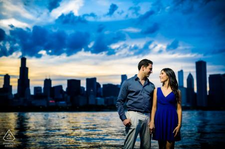 Planétarium Sunset Chicago Engagement Photographie de ce nouveau couple fiancé au bord de l'eau