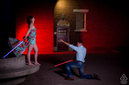 Star Wars photos de fiançailles d'un couple avec des sabres laser | Séance de portrait avant le mariage avec un photographe de la Colombie-Britannique