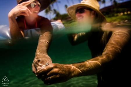 WA fotos de compromiso de una pareja parcialmente bajo el agua con sombreros de sol en | Fotógrafo de Washington sesión de retrato antes de la boda