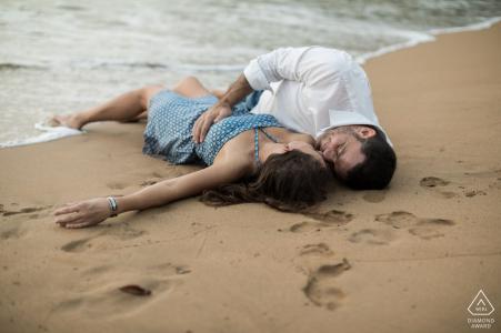séance de portrait de fiançailles sur la plage de sable fin dans les Caraïbes françaises