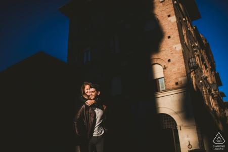 Mariage de mariage en Toscane, portrait d'un couple dans l'ombre de la ville | Séance de photographe avant le mariage à Sienne