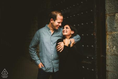 Sienne images de fiançailles d'un couple avec un éclairage tamisé | Photographe Toscane avant le mariage