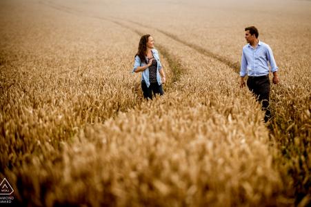 Photographie d'engagement Dorset avec un couple dans une ferme par Robin Goodlad | Photographie britannique