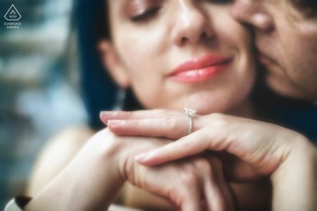Détails de bague aux visages serrés | mariage engagement portrait d'un couple | Photos pré-mariage de Venise