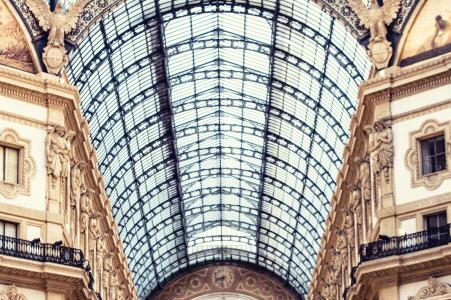 Fotos de compromiso de una boda anterior a la boda de Lombardía de una pareja dentro de un edificio alto - in vert | Sesión de retratos de Milán