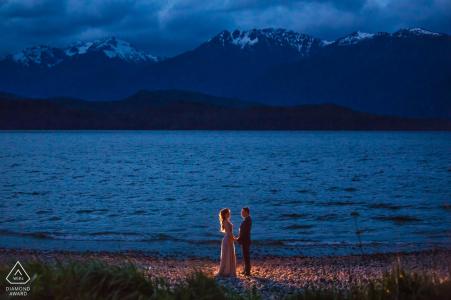 Photos de fiançailles pré-mariage de la ville de Hangzhou représentant un couple au crépuscule près de l'eau avec une seule lumière   Zhejiang portrait shoot