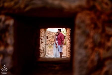 Portrait d'un couple s'embrassant à Céphalonie en Grèce lors d'une photographie en session électronique