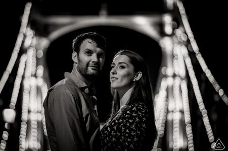 Fotos de compromiso de una boda antes de la boda de Dorset en la noche con un puente iluminado | sesión de fotografía de pareja