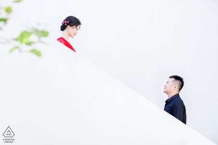 China engagement photos of a couple on white stairs   Fujian photographer pre-wedding portrait session
