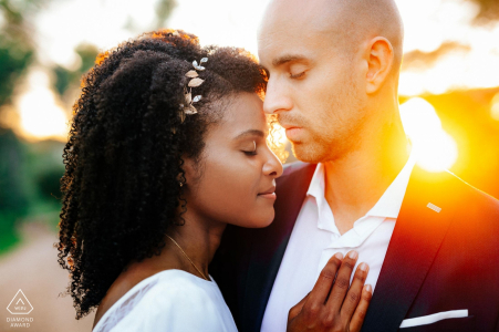 Hérault engagement photos of a couple embraced in sun flares | Occitanie photographer pre-wedding portrait session