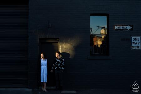 Australie portrait de fiançailles de mariage d'un couple avec des plaques de rue «One Way» | Séance de photographe avant le mariage à Melbourne