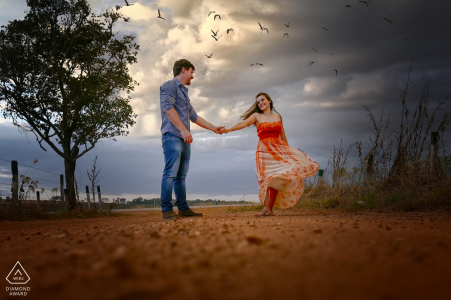 Goiás pictures of a couple by a top Brazil wedding engagement photographer