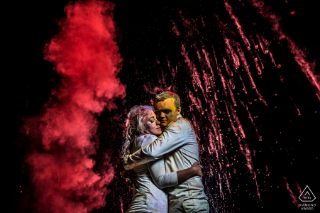 Sesión de retratos de compromiso de Holi Powder | Boulder fotógrafo de bodas